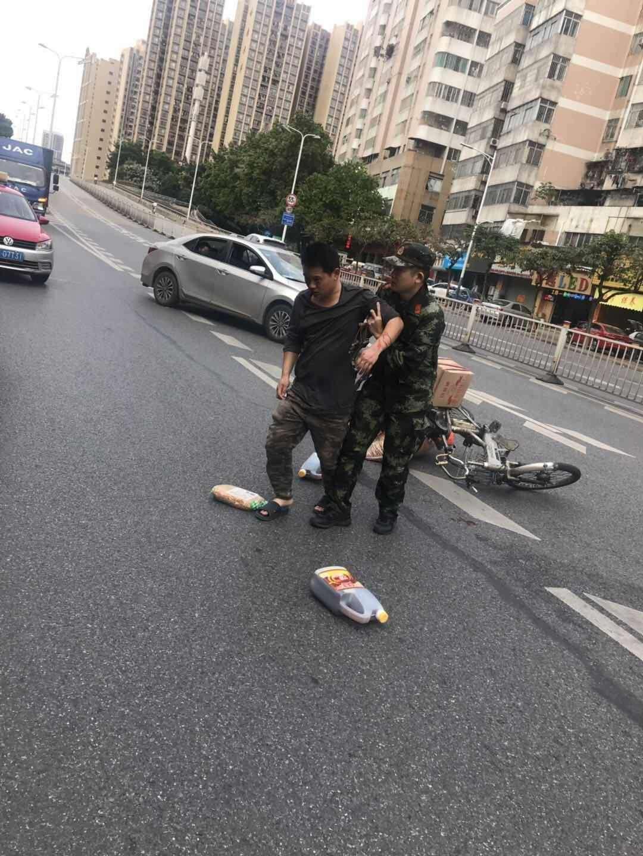 暖心!中男子跌倒路边挣扎,兵哥哥奋勇救人后默默离开